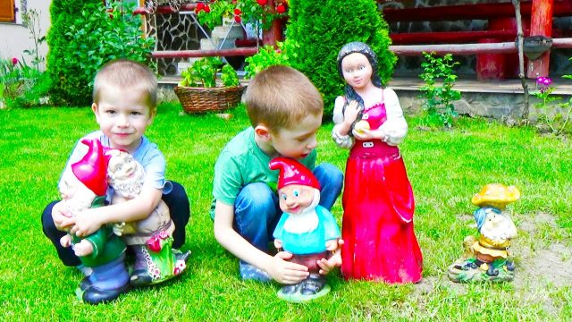 FUN Playtime for kids in the Garden Snow White Great OUTSIDE PLAYGROUND Bounce Summer activities