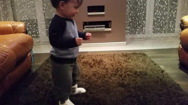 Stefan (15 meseci) igra uzicko kolo
