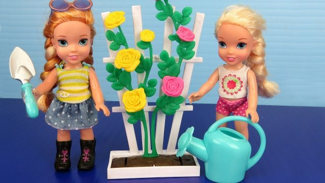 GARDENING ! Elsa and Anna toddlers plant flowers and vegetable seeds
