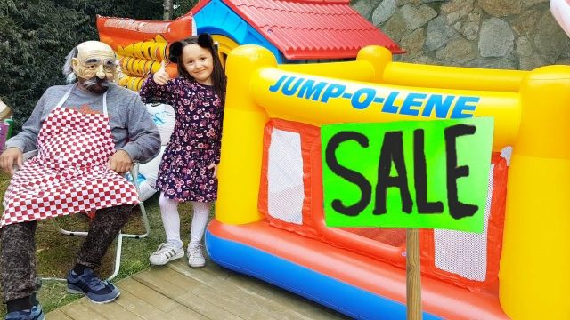 Öykü and Grandpa Funny kid pretend play giant pool jumping in the garden – Funny Oyuncak avı