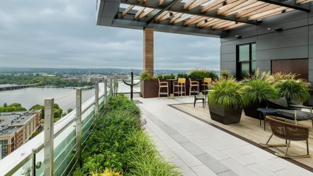 Montaje Courtyard & Sky Deck – Featured Project