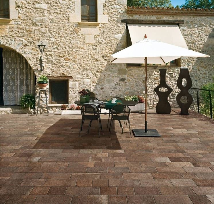 Porcelain stoneware for outdoors
