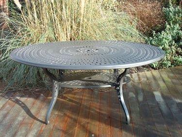 Oval garden table in aluminum