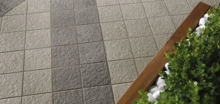 Non-slip and self-locking poolside flooring